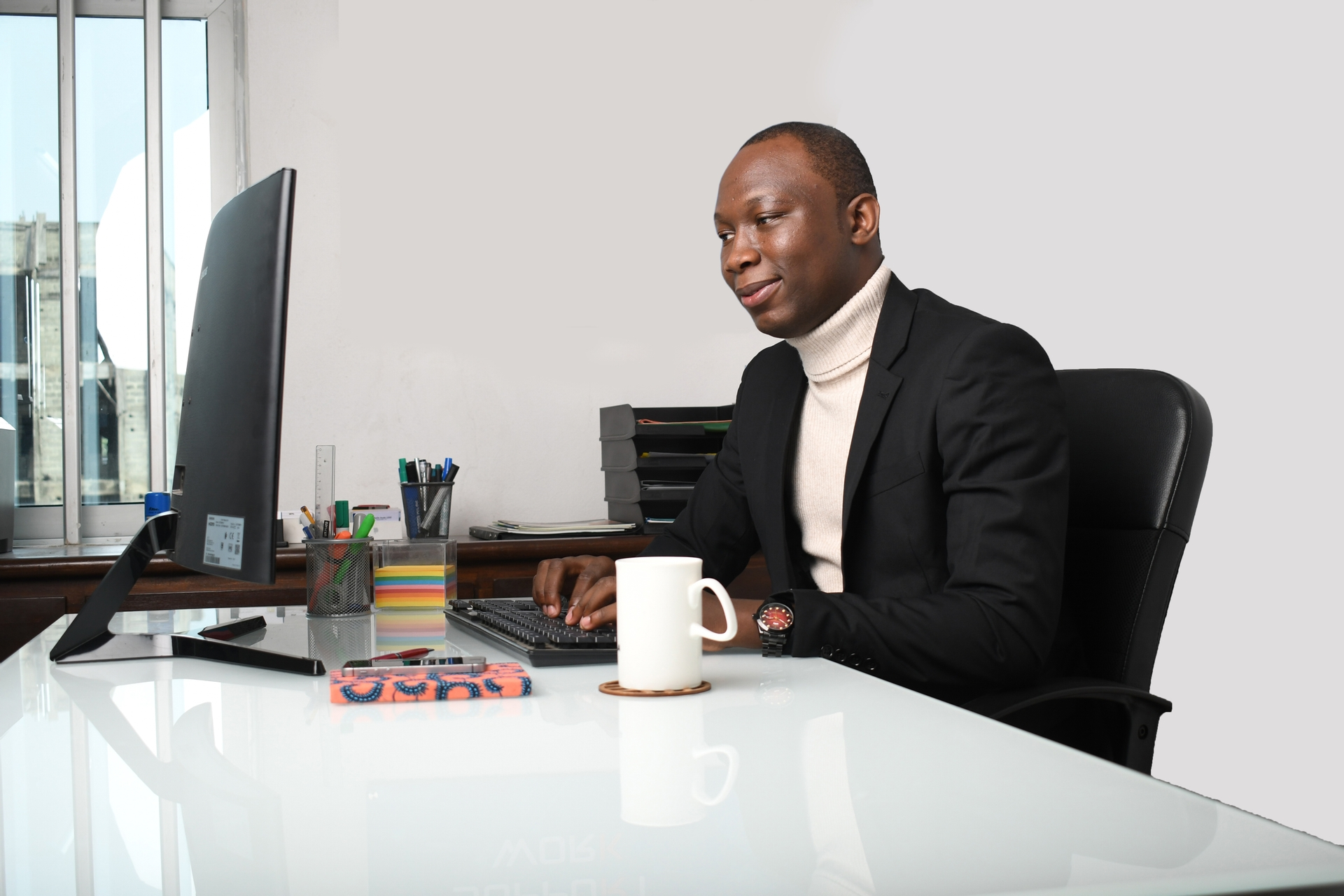 Africa, free, photo, people, office, computer, smile, laugh, secretary, facial expression, coffee, tea, mug, posture, gestural, look, work, man, office, focus, concentration